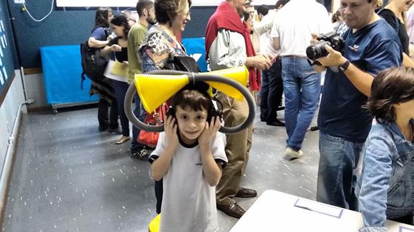 Crianças com experimentos científicos